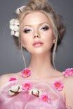 Retrato bonito da mulher com flores da mola Fotos de Stock