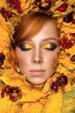 Retrato bonito da mulher com folhas de outono Fotos de Stock Royalty Free