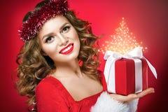 Retrato bonito da mulher com os bordos vermelhos no fundo vermelho Fotos de Stock
