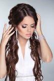 Retrato bonito da mulher da noiva com o cabelo longo que veste no branco Imagens de Stock Royalty Free
