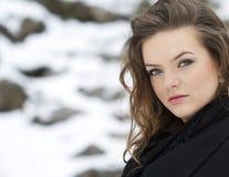Retrato bonito da mulher do inverno foto de stock