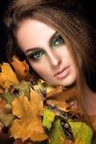Retrato bonito da mulher Levantamento modelo novo no fundo preto com Imagens de Stock