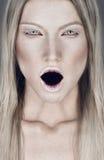 Retrato bonito da mulher loura com boca aberta foto de stock