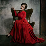 Retrato bonito da mulher Menina 'sexy' Modelo da beleza no vestido vermelho do atlas Imagem de Stock Royalty Free