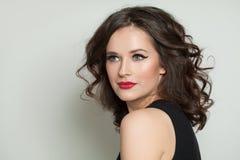 Retrato bonito da mulher Modelo bonito com composição e penteado ondulado imagem de stock royalty free