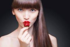 Retrato bonito da mulher Morango suculenta imagem de stock