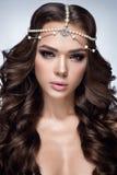 Retrato bonito da mulher Mulher com composição lindo, acessórios da forma da beleza Foto de Stock Royalty Free