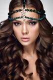 Retrato bonito da mulher Mulher com composição verde, acessórios da forma da beleza Imagens de Stock Royalty Free