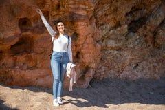 Retrato bonito da mulher nas rochas da praia durante o por do sol foto de stock royalty free