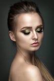 Retrato bonito da mulher no fundo cinzento Fotografia de Stock