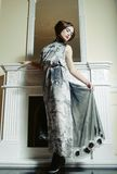 Retrato bonito da mulher no interior clássico Fotografia de Stock Royalty Free