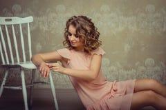 Retrato bonito da mulher no interior claro fotos de stock royalty free