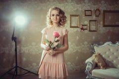 Retrato bonito da mulher no interior claro foto de stock