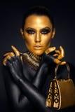 Retrato bonito da mulher no ouro e em cores pretas Imagens de Stock