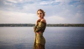 Retrato bonito da mulher no rio no por do sol Imagens de Stock Royalty Free