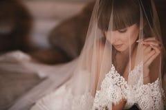Retrato bonito da mulher da noiva no vestido branco Pregos Manicured Menina do casamento no vestido de casamento luxuoso fotografia de stock