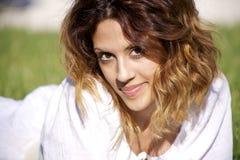 Retrato bonito da mulher nova de sorriso Imagem de Stock Royalty Free