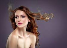 Retrato bonito da pele da beleza da mulher do cabelo sobre o fundo escuro fotos de stock