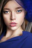 Retrato bonito da senhora no azul Foto de Stock