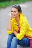 Retrato bonito de la chica joven al aire libre Foto de archivo libre de regalías
