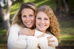 Retrato bonito de la madre y de la hija en parque Foto de archivo libre de regalías