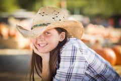 Retrato bonito de la muchacha del preadolescente en el remiendo de la calabaza Foto de archivo libre de regalías