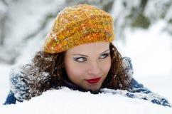 Retrato bonito de la mujer al aire libre en invierno Foto de archivo