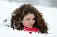 Retrato bonito de la mujer al aire libre en invierno Imágenes de archivo libres de regalías