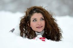 Retrato bonito de la mujer al aire libre en invierno Imagen de archivo
