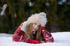 Retrato bonito de la mujer al aire libre en invierno Foto de archivo libre de regalías