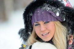 Retrato bonito de la mujer al aire libre en invierno Fotografía de archivo