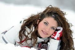 Retrato bonito de la mujer al aire libre en invierno Fotografía de archivo libre de regalías