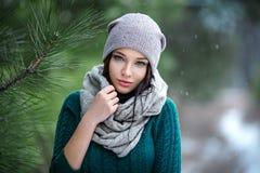 Retrato bonito de la mujer al aire libre en un invierno con nieve Imagen de archivo libre de regalías
