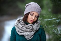 Retrato bonito de la mujer al aire libre en un invierno con nieve Foto de archivo