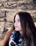 Retrato bonito de la mujer con la bufanda Foto de archivo libre de regalías