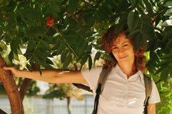 Retrato bonito de la mujer debajo del árbol Fotos de archivo