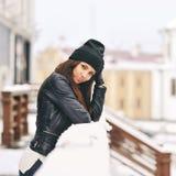 Retrato bonito de surpresa da mulher do inverno - fim acima imagem de stock