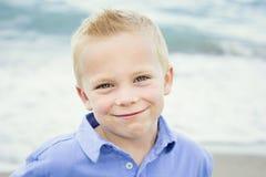 Retrato bonito de um rapaz pequeno feliz Fotografia de Stock Royalty Free
