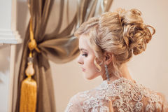 Retrato bonito de uma mulher com cabelo louro com uma composição da noite Fotos de Stock