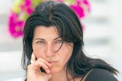 Retrato bonito de uma mulher com olhos verdes fotos de stock royalty free