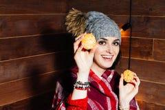 Retrato bonito do close-up da jovem mulher com laranjas Conceito saudável do alimento Cuidados com a pele e beleza Minerais das v Fotos de Stock