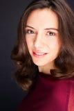 Retrato bonito do estúdio da jovem mulher Foto de Stock