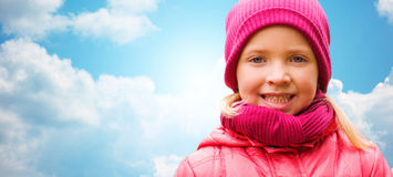 Retrato bonito feliz da menina sobre o céu azul Imagens de Stock Royalty Free