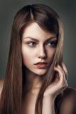 Retrato bonito joven hermoso atractivo de la mujer de la moda del encanto Imágenes de archivo libres de regalías