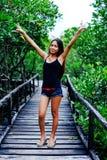 Retrato bonito novo da menina na ponte de madeira na floresta dos manguezais Foto de Stock
