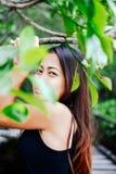 Retrato bonito novo da menina na ponte de madeira na floresta dos manguezais Imagens de Stock