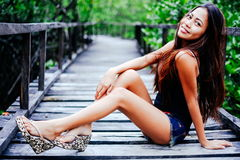 Retrato bonito novo da menina na ponte de madeira na floresta dos manguezais Imagem de Stock