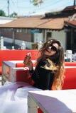Retrato bonito novo da mulher com cone de gelado Fotografia de Stock Royalty Free
