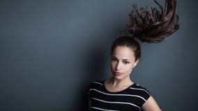 Retrato bonito novo da mulher com o tiro do estúdio do rabo de cavalo Imagem de Stock Royalty Free