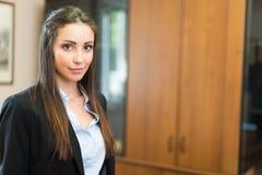 Retrato bonito novo da mulher de negócios imagens de stock